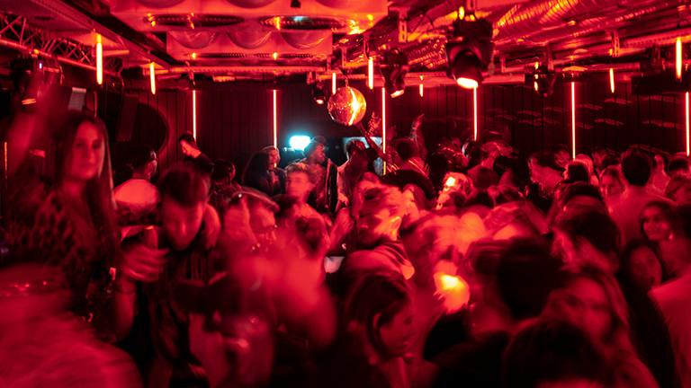 Junge Leute tanzen in einem Club.