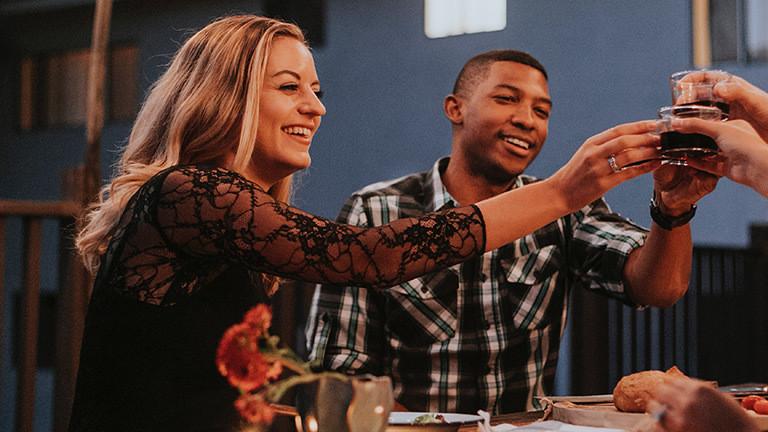 Eine Frau und ein Mann sitzen am Tisch