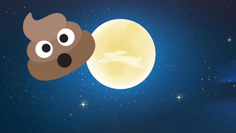 Ein Kacke-Emoji driftet vor dem Mond im Weltall