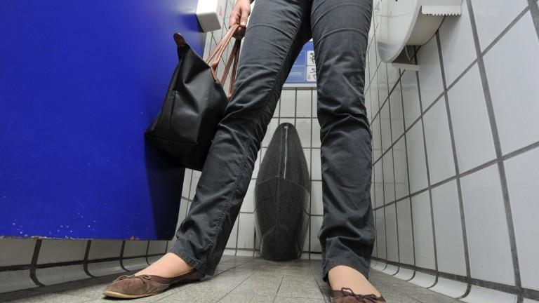 Aufnahme in einer Frauentoilette von unten.