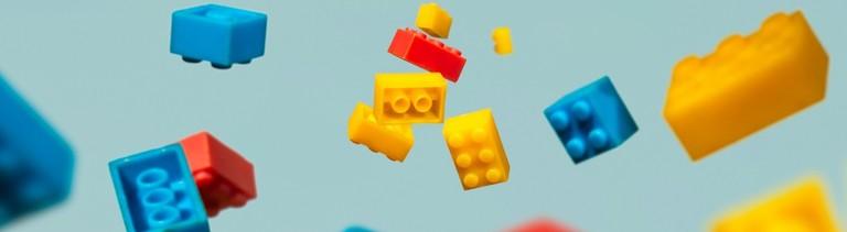 Legosteine schweben in der Luft.