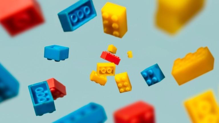 Legosteine schweben in der Luft
