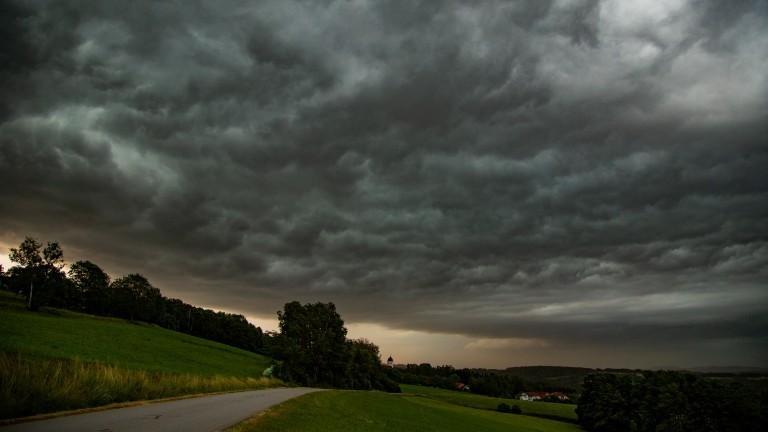 Dunkle Gewitterwolken und ein heller Streif am Horizont.