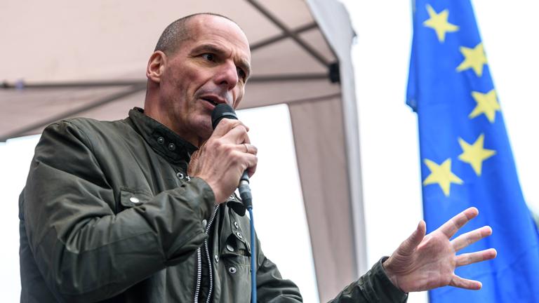 Yanis Varoufakis (Spitzenkandidat DiEM25 zur Europawahl) bei der Pro-Europa-Demonstration der Bewegung PULSE OF EUROPE gegen den drohenden Brexit und für die europäische Idee auf dem Berliner Gedarmenmarkt