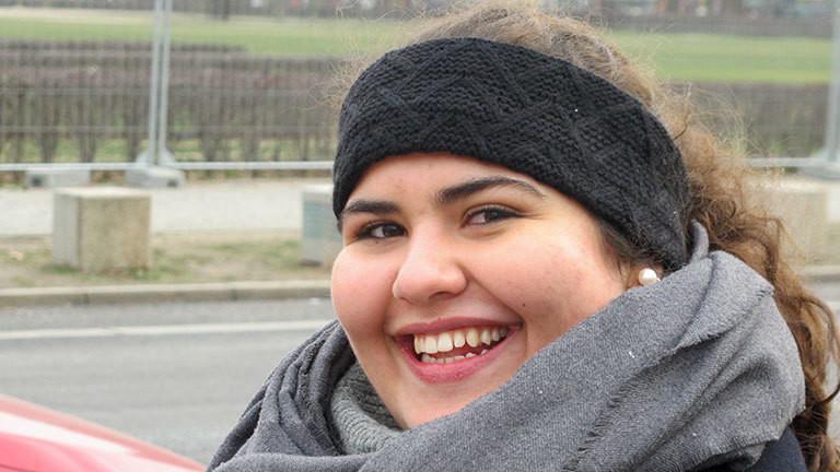 Junge Frau mit Stirnband