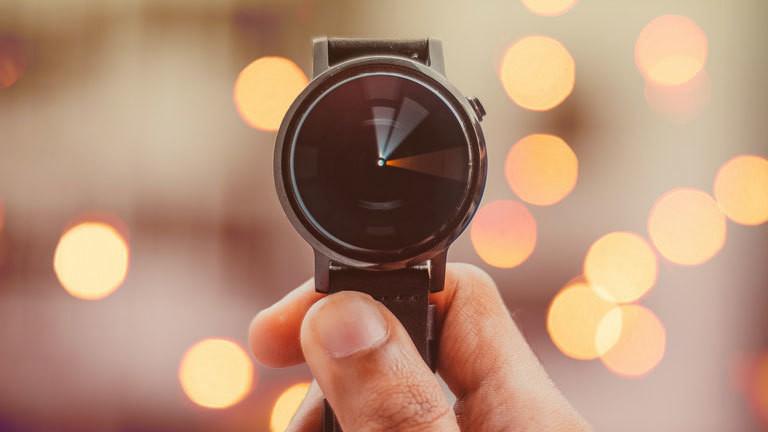 Eine Uhr, auf der die Zeit rast