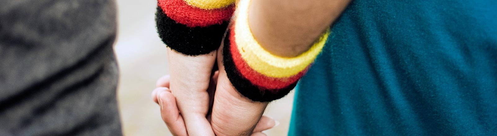 Händchenhalten mit Deutschland-Armband