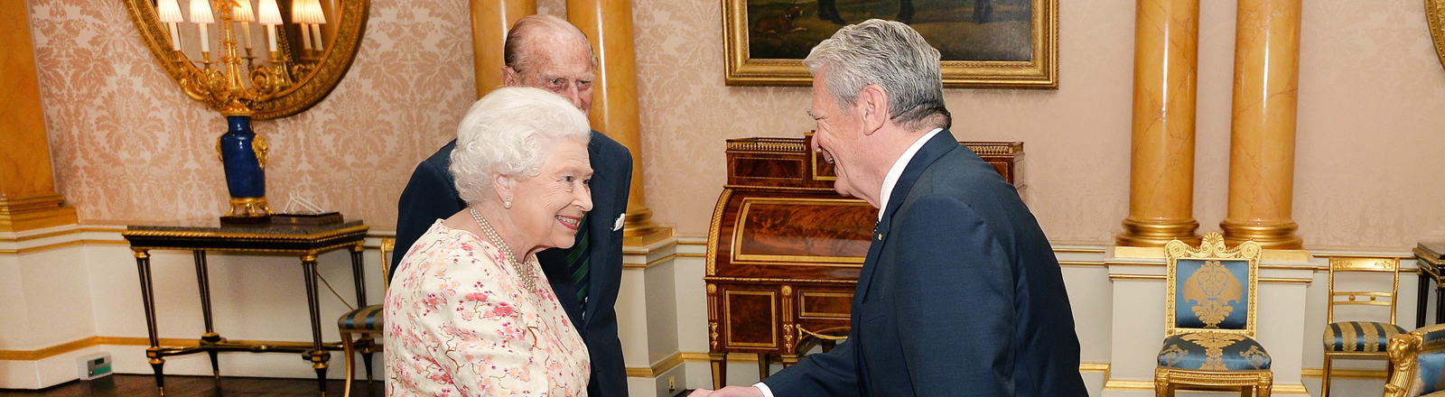 Gauck und Queen schütteln sich die Hände