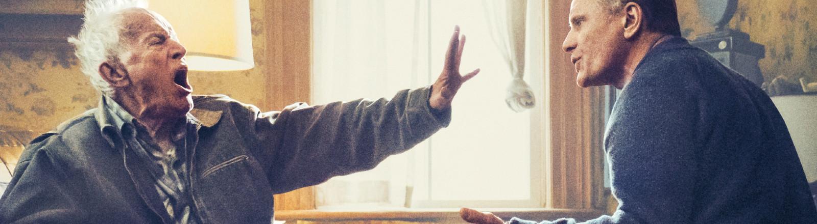 """Szenenbild aus """"Falling"""" - Das Verhältnis zwischen Willis (Lance Henriksen) und John (Viggo Mortensen) bleibt auch im Alter angespannt"""
