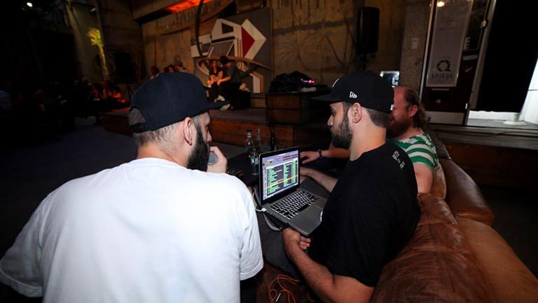 DJs auf einem Sofa in einem Club