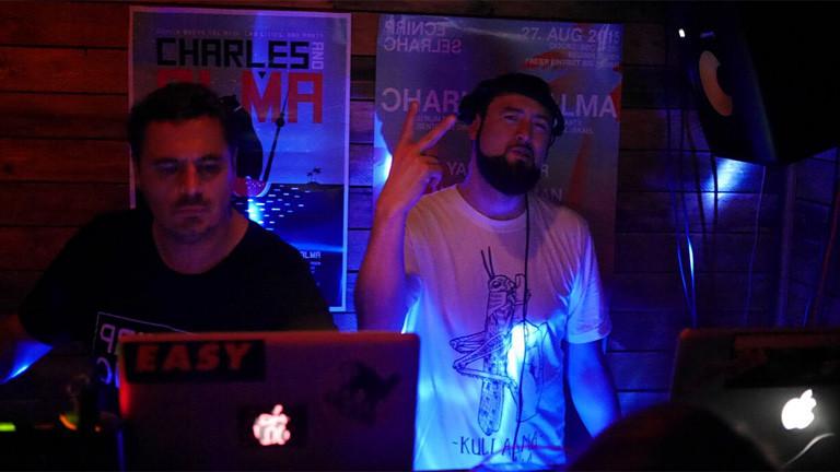 DJs hinter dem Mischpult