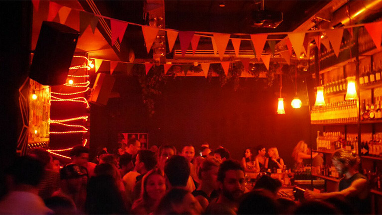 Voller Club bei Nacht