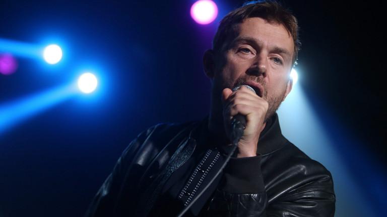 Damon Albarn von Blur steht auf der Bühne.