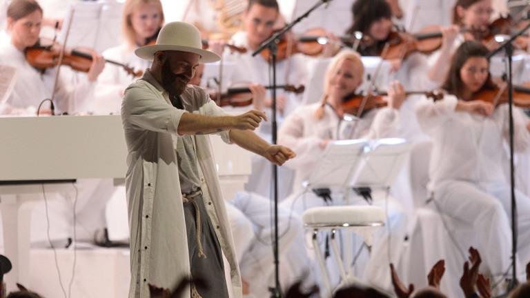Französische Band Woodkid mit Orchester