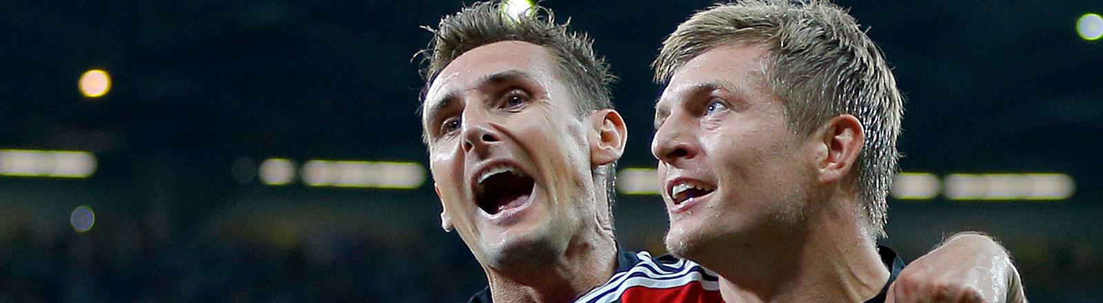 Miroslav Klose und Toni Kroos freuen sich.