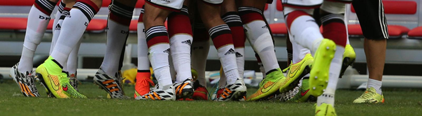 Beine der Spieler der Fußball-Nationalmannschaft
