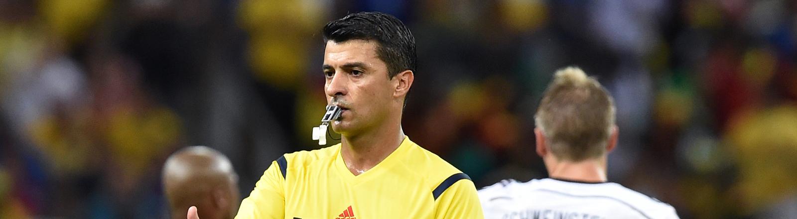 Der brasilianische Schiedsrichter Sandro Ricci pfeift das Achtelfinalspiel Deutschland gegen Algerien am 30.06.2014.