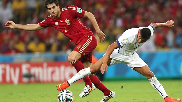 Spaniens Javi Martinez und und der chilenische Alexis Sanchez.
