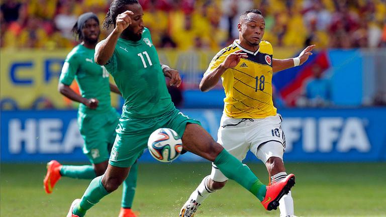 Didier Drogba und zwei weitere Fußballer auf dem Spielfeld