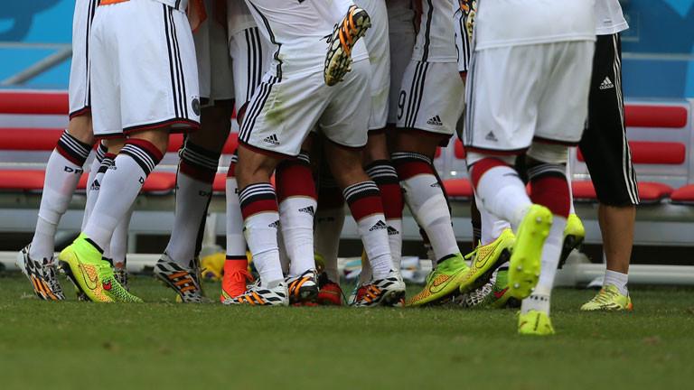 Die Beine der Spieler der deutschen Nationalmannschaft.