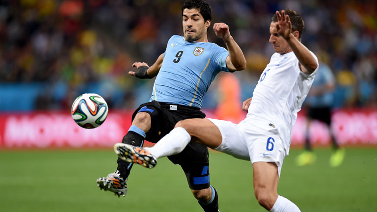 Zwei Fußballer im Zweikampf um den Ball.