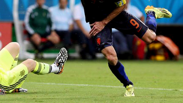 Ein Spieler läuft, der Torwart liegt am Boden.