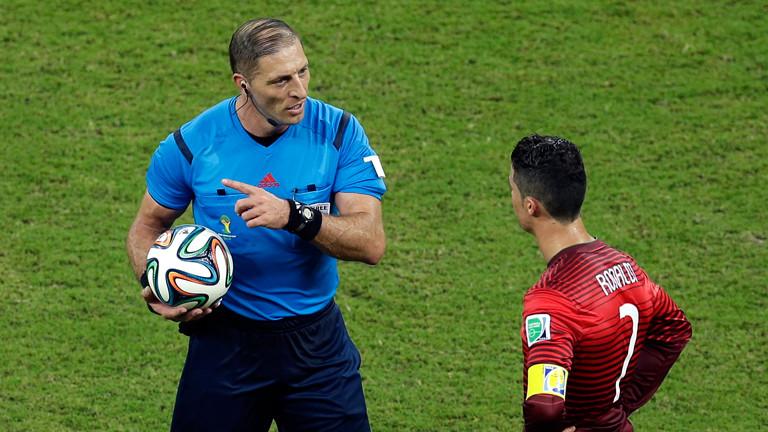 Schiedsrichter Nestor Pitana aus Argentinien und Portugals Spitzenstürmer Cristiano Ronaldo beim WM Spiel USA gegen Portugal am 23.06.2014.
