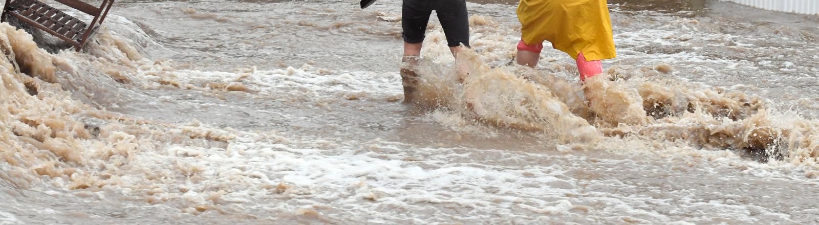 14.07. 2021 Anwohner der Ortschaft Balken helfen sich durch Fluten der Wupper. Durch den starken Regenfall im Laufe des Tages war der Fluss zum reissenden Gewässer geworden.