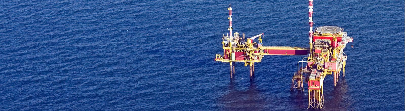 Erdöl-Förderplattform auf dem Meer.
