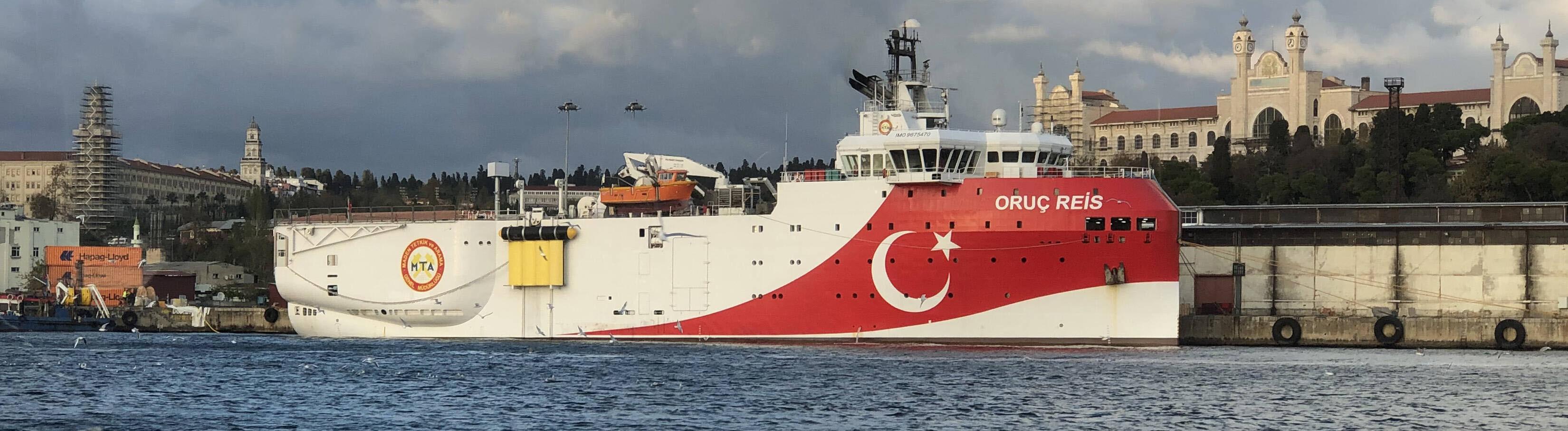 """Das türkische Explorationsschiff """"Oruc Reis"""" liegt vor einer Stadt an."""