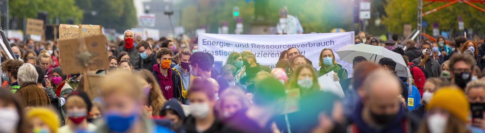 Demonstrierende mit Mund-Nase-Masken am 25. September 2020 vor der Siegessäule in Berlin.