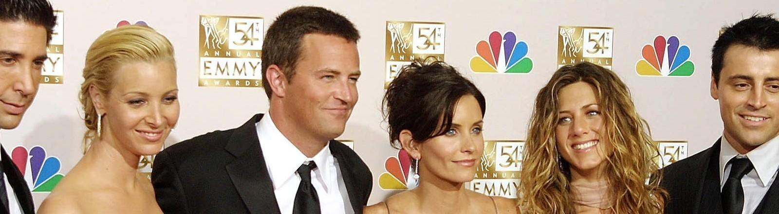 Zu sehen sind die zwei Schauspielerinnen Jennifer Aniston und Courteney Cox sowie der Schauspieler Matthew Perry.
