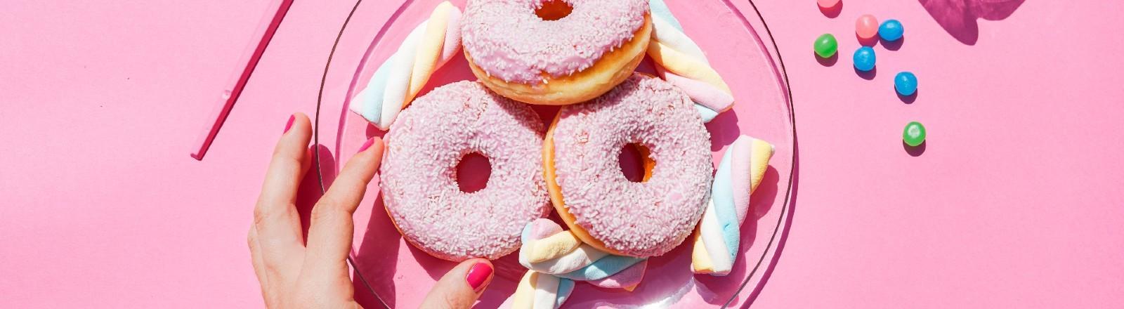 Ein Donut und weitere Süßigkeiten.