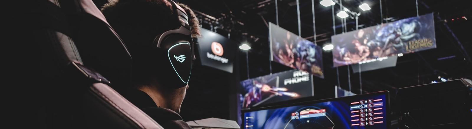 Gamer vor einem Bildschirm