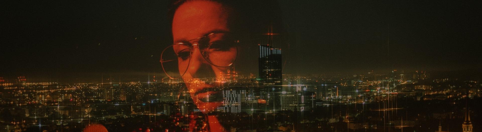 Kopf einer Frau vor einer Skyline