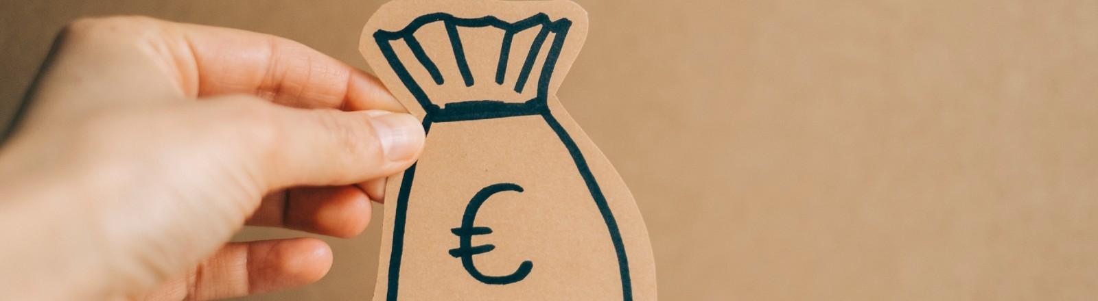 Eine Hand hält einen Sack voller Euros.