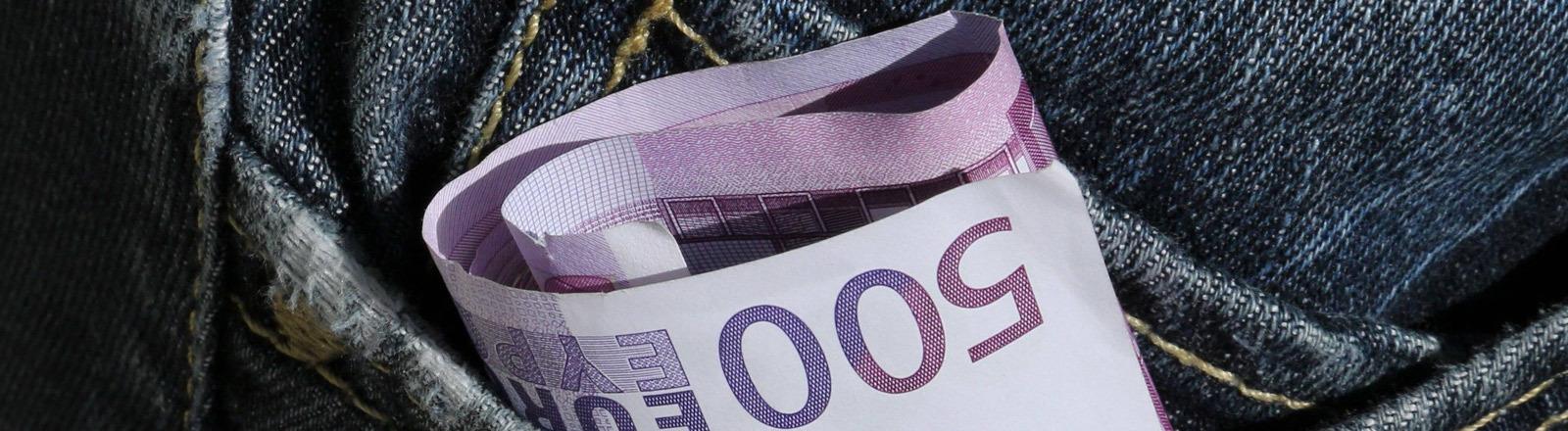 Ein 500 Euro-Schein in einer Jeans-Hosentasche