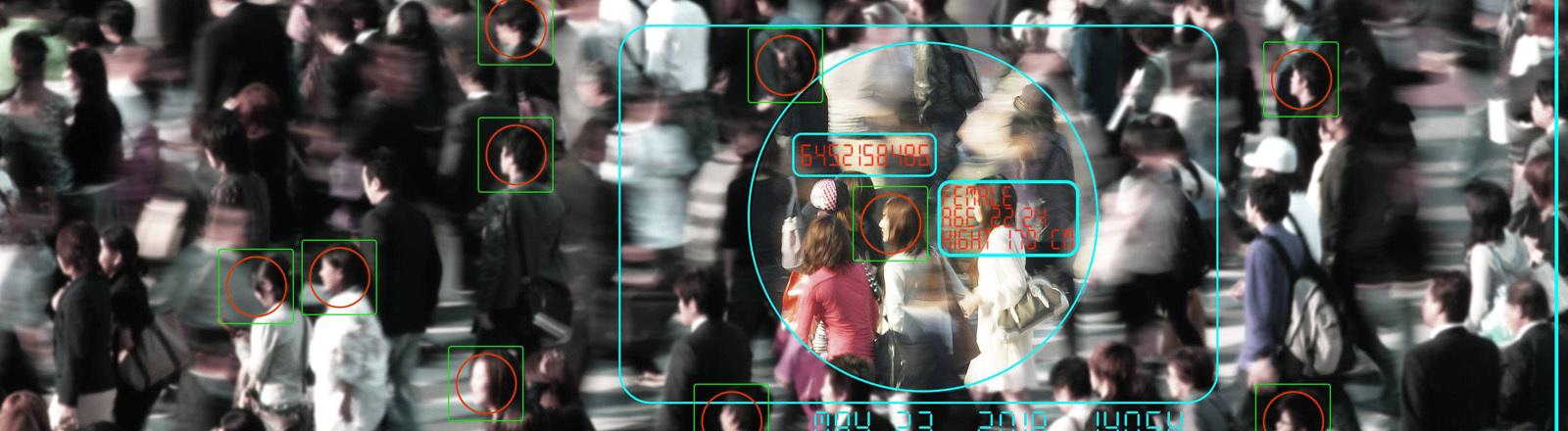 Menschenmasse wird von Kamera überwacht