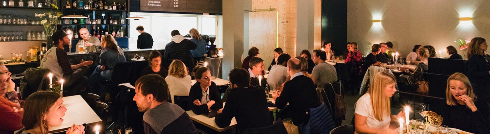Menschen in einem Restaurant.