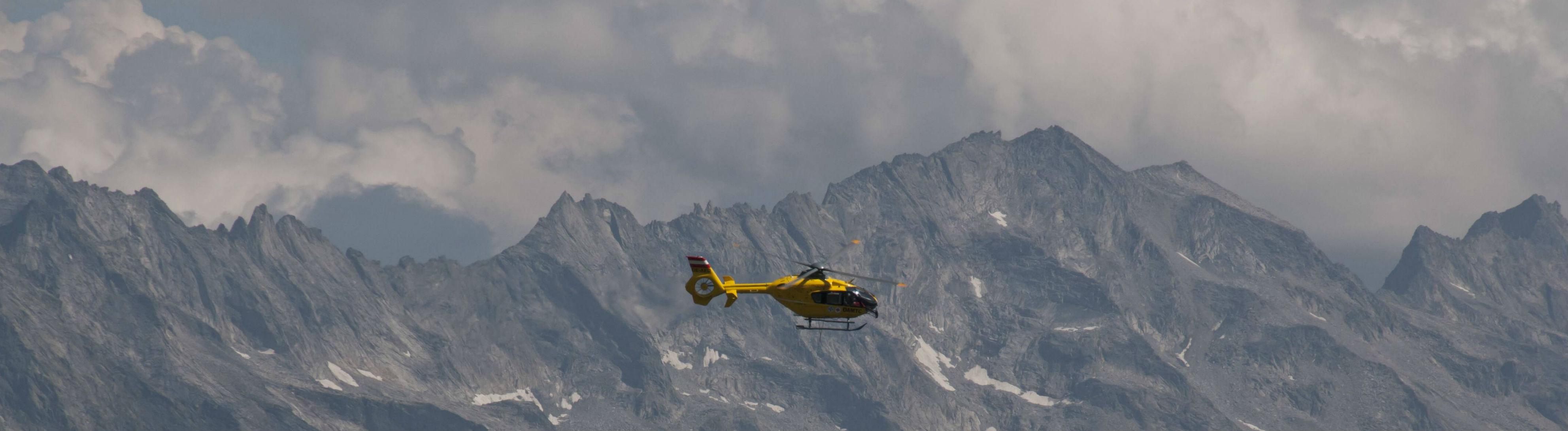 Bergretter-Hubschrauber in den Tuxer Aplen in Tirol.