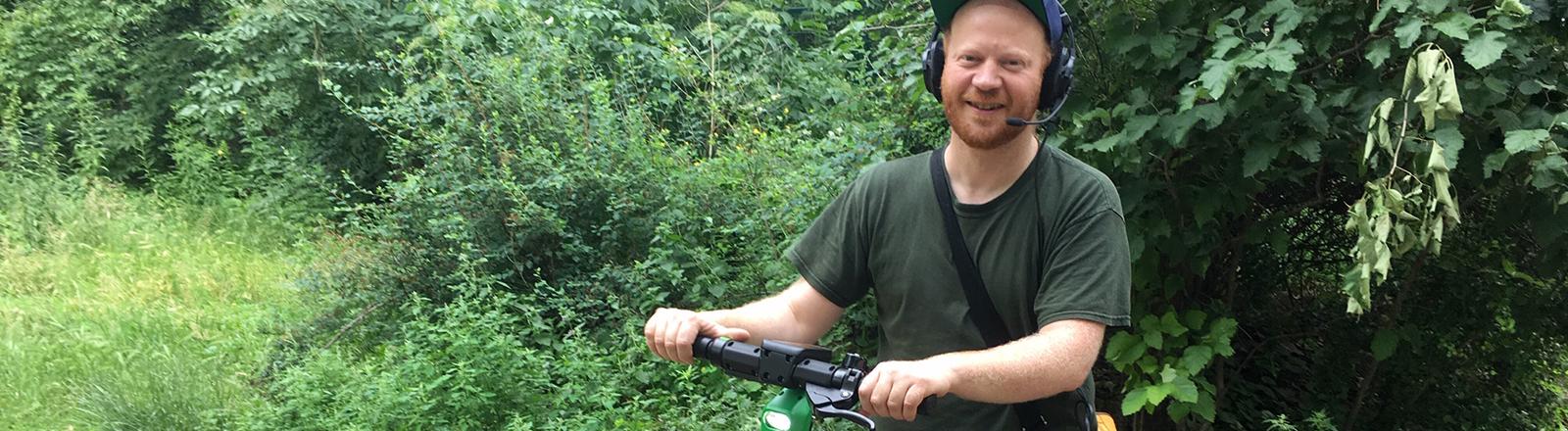 Moritz Metz fährt mit einem E-Scooter.