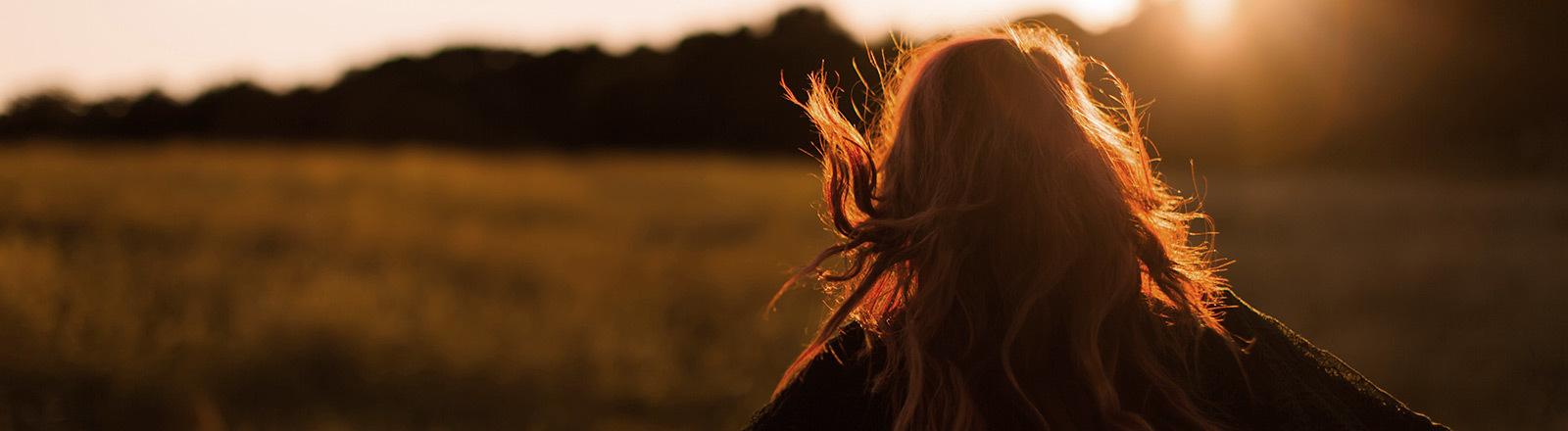 Frau auf einem Feld