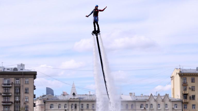 Franky Zapata auf einem Vorgänger vom Flyboard Air, das mit einem Wasserstrahl angetrieben wird.