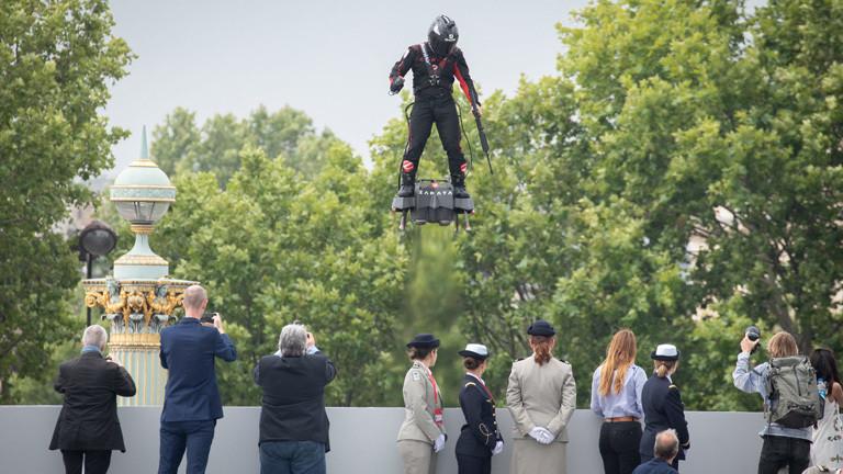 Bei der Militärparade am 14. Juli präsentiert Franky Zapata das Flyboard Air. Zuschauer filmen und fotografieren seinen Auftritt.