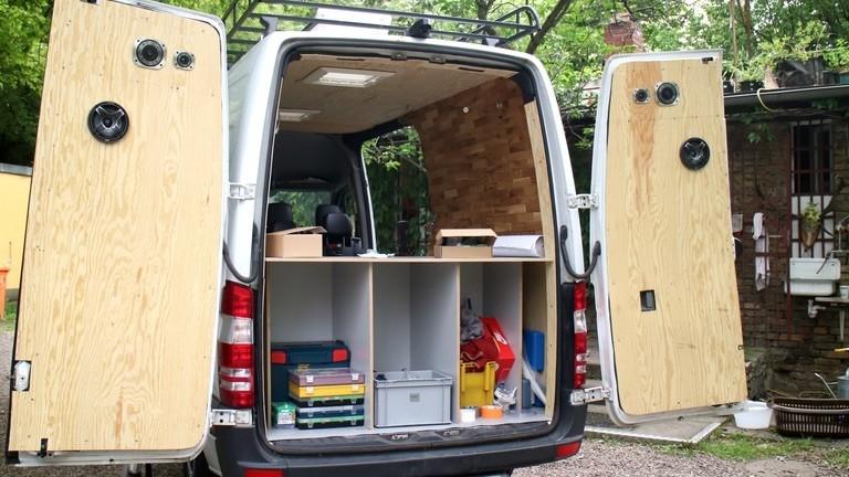 Transporter mit offenen Türen, Ansicht hinten