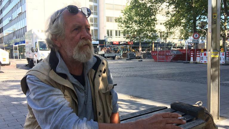 Peter lebt auf der Straße und raucht eine Zigarette