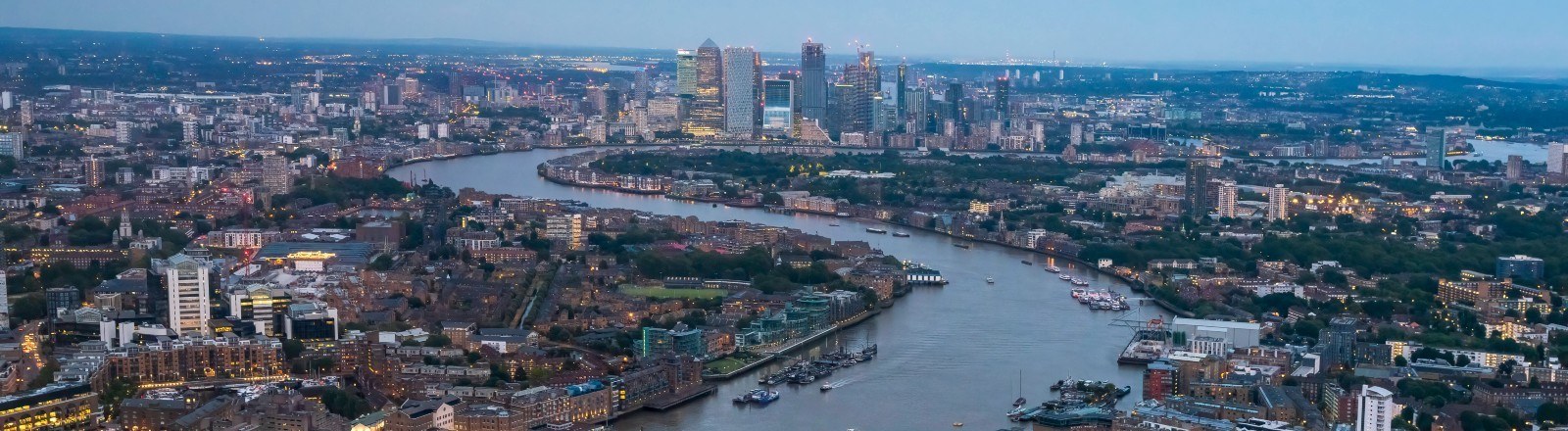 Blick von oben auf die Themse in London mit der Tower Bridge.