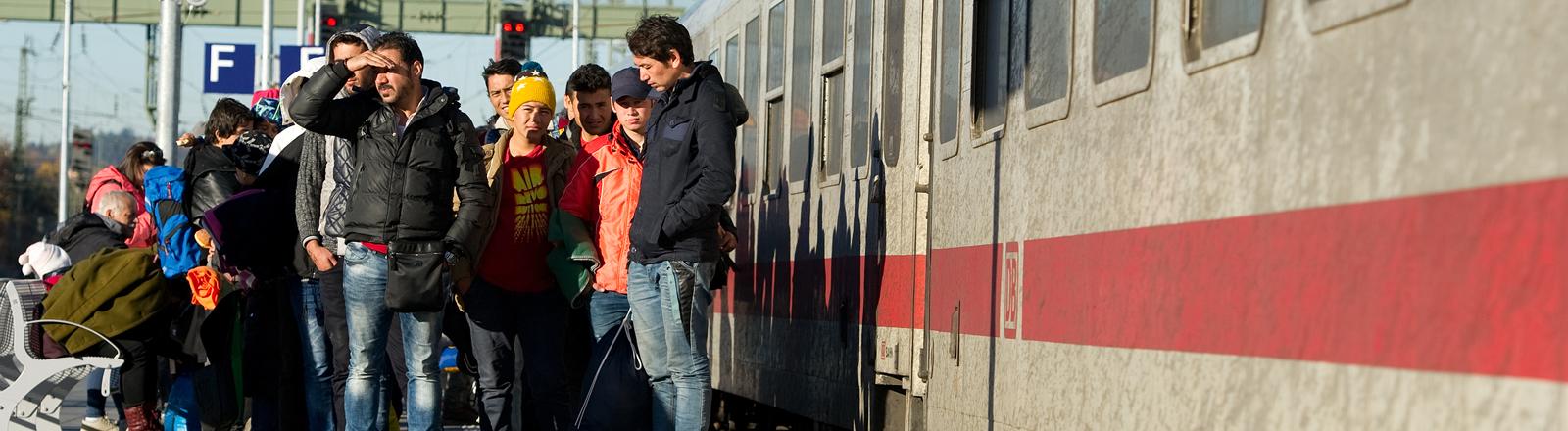 Flüchtlinge an einem Bahnsteig in Passau. dpa