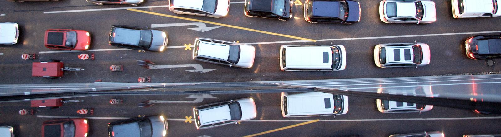 Autoverkehr und Stau von oben