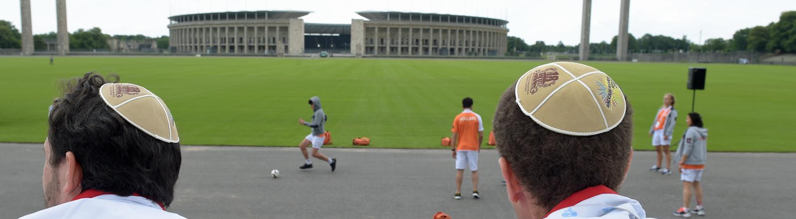Jüdische Sportler aus Frankreich nehmen auf dem Maifeld am Olympiastadion in Berlin mit einer Kippa auf dem Kopf an einer Gedenkfeier teil.